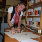 """Alessandro Assiri timbra e firma le prime copie di M.L.D.S. atto primo e atto secondo, secondo documento che compone il """"Manifesto dal sottosuolo."""